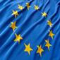 Fotografia della bandiera europea con sfondo blu e 12 stelline gialle che formano un cerchio