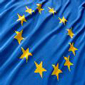 Foto della bandiera europea, con sfondo bleu e 12 stelline gialle che formano un cerchio