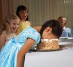 Immagine: bimbi che scherzano con una torta
