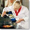 Fotografia di una cuoca che cucina