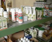 Immagine relativa ad uno scaffale con prodotti fitosanitari