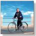 Immagine di anziano che va allegramente in bicicletta