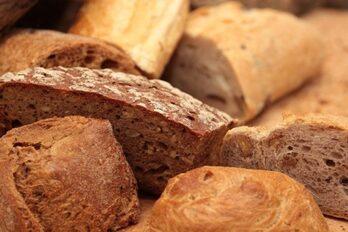 Immagine: pezzi di pane di segale, di grano, integrale, di frumento, con le noci, ecc...