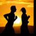 fotografia di un uomo e una donna che corrono in penombra e sullo sfondo un sole che sta tramontando